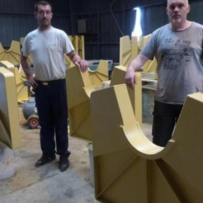 L'artisan chaudronnier Johnny Lemercier (à droite) et son collègue Maxime Le-Nevez, au milieu des frettes qui composeront l'ossature de la rampe.