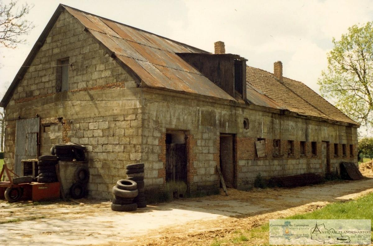 The preliminary assembling building hidden in agricultural construction. The right side of the roof is original. (Photograph from the 1970s)